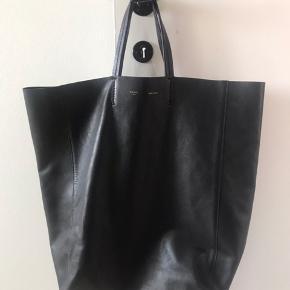 Original Céline cabas leather handbag. God stand og meget få mærker/ridser. Den har  mistet lidt farve indvendigt. Den kan ikke bære på skulder. Ingen kvittering, men giver pengene retur hvis den ikke er ægte.