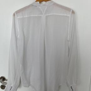 Lækker blød skjorte i en let tynd bomuldsstof. Mærket er klippet af , men det føles som blødt bomuld. Jeg er selv en str m/38 og den passer mig perfekt. Fejler intet, er brugt ca 10 gange.
