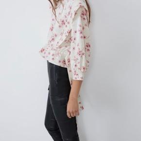Sød og meget smuk skjorte - bluse fra Zara. Jeg har købt blusen i Spanien i sidste uge, den har stadigvæk mærke på og er kun prøvet en gang i butikken. Det er en str. large, men synes den svarer til en 38.  Respekter venligst at jeg ikke bytter og køber betaler porto samt gebyr ved tspay (både sælger og købers).