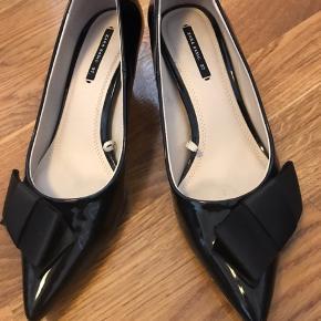 Fine kitten heels fra zara, der stort set ikke er brugt. Den ene sko har fået noget farve (se billedet), som jeg umiddelbart ikke kan så af, så derfor den lave pris.   Bytter ikke, og køber betaler porto.  Jeg bor i udlandet, men skoene kan sendes den 22. oktober, hvor jeg er i Kbh.
