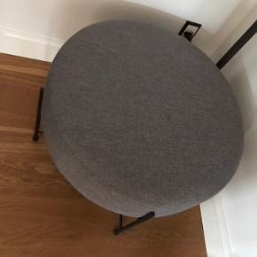 Puff købt i jysk, den er ikke blevet brugt, siddet på eller andet. Den er samlet og kan skilles ad ved benene.