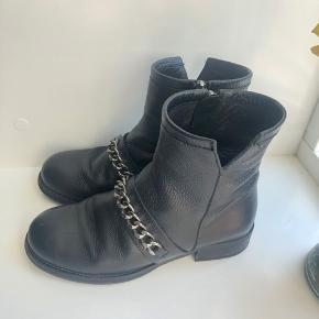 Sælger disse Billi Bi støvler i str 37, men kan også passes af en 38. Skriv for mere info ☺️
