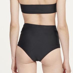 Samsøe samsøe sort højtaljet bikini underdel  Aldrig brugt  Obs billedet der er på modellen er en lignende model og ikke den jeg sælger. Den jeg sælger er med elastik i livet
