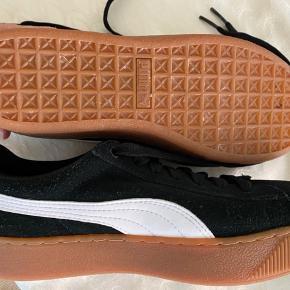 Sælder Puma sneakers med soft foam sål. Brugt få gange og fremstår næsten som nye.  Er str. 38.