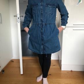 Lækker skjorte/ kjole i denim fra Lollys Laundry. Brugt en gang , aldrig vasket. BYD GERNE