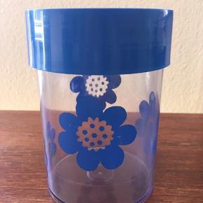 Original Erik Kold bøtte i blå med det ikoniske blomster tryk. Sjælden farve til salg.  Nr. 6015 - 15cm Alm brugsspor, ridser. Der har siddet et klistermærke, men det anes kun.   • Afhentning i fuglekvarteret Kbh nv.  • Sender med Dao pakkeshop.