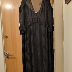 Smuk Risandra kjole 👗 købt herinde for nylige, men desværre for lille til mig. Pasformen er oversize og vil kunne passes af flere forskellige størrelser. Str. 40-46