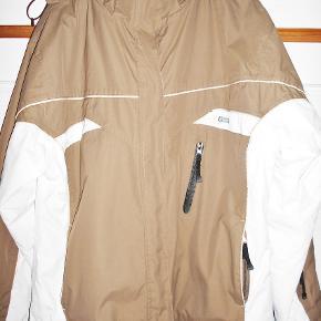 Skijakke, Kilmanock , str. 44  150kr.   21/11 + 21/11 2  15 Dejlig varm jakke, kun brugt på 1 uges vinterferie og pæn som ny. Godt foeret Mørk beige - hvid Hætte med lynlås så den kan afmonteres 3 lommer foran med lynlås 1 lomme i ærmet med lynlås til liftkort 2 indvendige lommer den ene med lynlås Vidden nederst på jakken kan reguleres Overvidde 124 cm Længde 70 cm- Nypris 998,00 kr. Porto som forsikret pakke med DAO uden omdeling 38,00 kr, fremme på 2-4 dage Har mobil pay