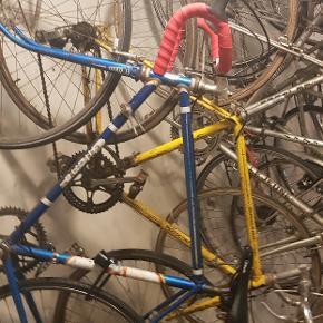 Er desværre gået i stå med mine mange cykel projekter pga sygdom. Sælger derfor 11 cykler (9 af dem er retro og fra ca 70erne, 1 fixie og en Cruiser cykel. Nogen cykler er klar til at køre mens andre mangler lidt gør det selv.   Med følger alverdens dele, både nye og gamle og inden for alle kategorier. Der er også noget forskelligt special værktøj  med i pakken. Hjulopretter, pumpe og 2 arbejdsstativer, låse med nøgler til ca halvdelen af cyklerne er også med i pakken.   Der er brugt over 20.000 og en masse timer på det hele så starter prisen på 10.00. Skriv for nærmere billeder, hvis du har et bud eller andet.