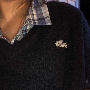 Lækker strik sweater i 51% uld i marine blå med V-hals. Sød til både kjole og jeans ja og alt andet også. Trøjen er brugt men fejler intet. Str. 6 vil sige den kan fitte XS-S-M-L alt efter hvordan msn vil have den. Jeg er selv XS/S.