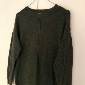 Blød mørkegrøn sweater med fald i ryggen materiale - acrylic