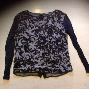Flot velour bluse med t-shirt stof ærmer. Knapper i ryggen