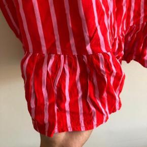 Fineste nederdel med elastik i taljen og flæser i bunden   Mærke: Modström  Str. L  Farve: rød med lyserlilla/pink striber   Obs. den er krøllet, da den har lagt i en kasse i et halvt år - skal bare have en vask