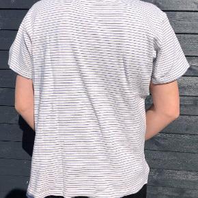Fed t-shirt fra Norse Projects. Maks brugt tre gange. T-shirten er egentlig en str L, men efter at have krympet i vask, svarer den til en str S. Rigtig god stand. Kom med et bud.