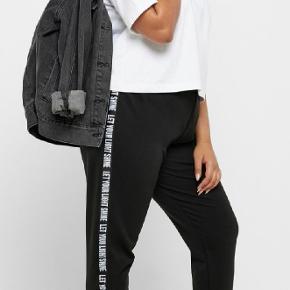 Nye Only Carmakoma bukser med tekst på sidesømmene  Str M 46-48 100 %polyester  Prisen er fast,bytter ikke