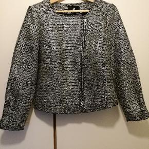 Fin jakke i tweed look. Sort med sølv vævninger. Jakken har kun været prøvet på.