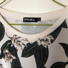 Fin hvid/grøn blomstret bluse. Str l, men lille i størrelsen  Tjek mine andre annoncer, giver mængderabat😊