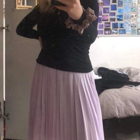 Skal du bruge en lækker luftig nederdel til det lækre vejr, så er den her, og endda i den lækreste pastel lilla farve 💜