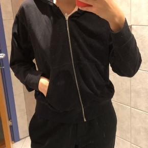 Basic hoodie med lynlås / cardigan fra Cheap Monday. Sælges meget billigt. Byd :)
