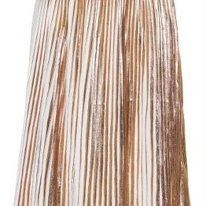 Varetype: Ny pliseret guld nederdel Størrelse: 110-116 Farve: Se billede Oprindelig købspris: 500 kr.  Ny med mærke  Bytter ikke Sender med dao  Mp 250pp via MobilePay ellers ts gebyr