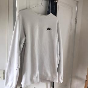 Hvid Nike crewneck med logo foran. Sælges da jeg ikke får den brugt :)