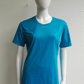 Varetype: T-shirt, løbebluse, løbet-shirt, l1 ventilation, sportstøj, løb, fitness  Farve: turkis, lime Estimeret nypris: 299 kr.  Materiale: 91% polyester, 9% lycra Mærke: Craft Vægt: 116 gram  Beskrivelse: Sports t-shirt fra Craft, med L1 ventilation.    Størrelse: M, medium, 38 Mål:  Længde: 69,5 Bryst: 52 x 2  Klik på Køb nu knappen og køb med det samme. Hvis der er mere på min profil du ønsker at købe med, tilføjer du blot det.  Mine annoncer er delt op i kategorier, dvs. alle jeans, jakker, kjoler etc. er samlet hver for sig på profilen. Scrol og se alle ting i shoppen. Dukken er en str xs/s og 174 cm til sammenligning og jeg er 161 cm høj.