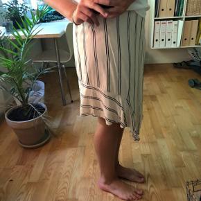 Lang nederdel fra Designers Remix i str 40. Brugt max 5 gange (sælges da den er lidt for stor til mig selv). Har en form for lille slids bagpå.