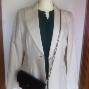 Varetype: Blazer By Malene Birger Amondia Farve: Creme hvid  Smuk cremefarvet blazer fra MB. Nyrenset. Alm. i str. Model: Amondia  Mobilepay foretrækkes. Bytter ikke. Mp. 600 pp.