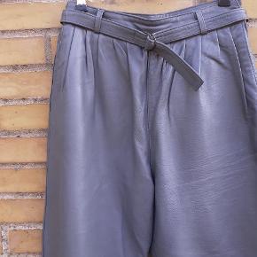 Fin stand.  Liv: 36 cm. Ydre benlængde: 98 cm.  Smørblødt læder. Fri post i efterårsferien.