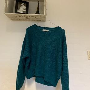 Blå/grøn striktrøje fra H&M. Brugt få gange.  Sælges, da jeg ikke selv får den brugt.  Skriv endelig for flere billeder og byd gerne.