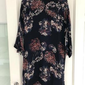 SÆLGES FOR 110 KR. INKL. DAO PORTO - VED HANDEL VIA MOBIL PAY. Second Female kjole str. l. Små brugstegn, men man skal meget tæt på for at se dem. Jeg rydder op og sælger billigt.