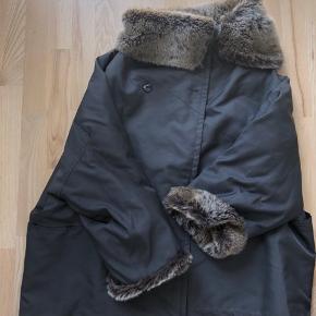 Ivan Grundahl frakke i størrelse 36 med pelskrave og ærmer. Arvet og i pæn stand