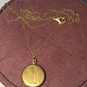 Fin halskæde, guldbelagt og med grå-blå sten
