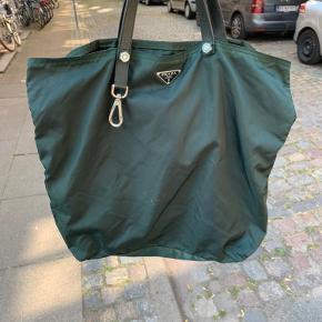 Grøn Prada taske i nylon  Plads til MacBook. Har lidt pletter og misfarvninger.