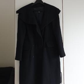 Sort Zara Woman frakke i sort. Brugt få gange. Kan hentes i Stenløse uden at køber og sælger mødes personligt eller sendes, køber betaler portoen.