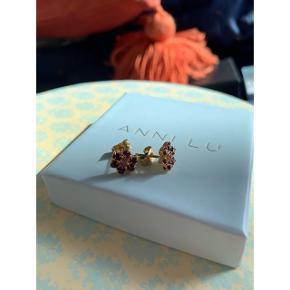 Swarovski øreringe med lilla sten. Aldrig brugt  Bytter ikke - sender kun  🌸 Mp: + fragt 20kr