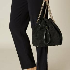 Black Suede Bucket Bag - Karen Millen  Købt i 2016, men kun brugt 2 gange. Rigtig fin stand!   Kvitteringen haves desværre ikke.   Bud modtages.   Kan afhentes i Køge, mødes centralt i København ellers sendes. :)