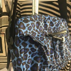 Hej, jeg sælger min Mads Nørgaard taske. Den er købt i december, og kun brugt meget få gange. Der er ingen tegn på slid overhovedet og i virkelig fin stand. Ny pris: 600kr min pris: 400kr
