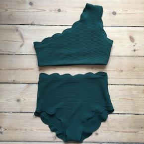 Grøn bikini med højtaljede trusser.
