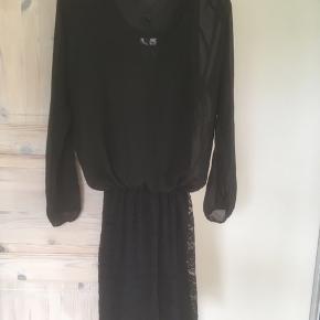 Mærke: Vero Moda Style name: Marina LS mini DRESS WALL Design model: 10087525 Størrelse: XS, men passer også str. S Farve: Sort  kjolen: overdelen er gennemsigtig og den nederste del har blonder med foer.  Nypris 299.95 kr  Sælges 50 kr