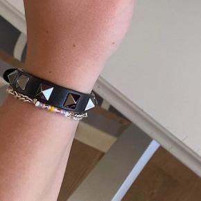 Valentino armbånd, med sølv studs. Den er brugt max 10 gange, og prisen er inkl fragt. Jeg sælger fordi jeg ikke får den brugt, og fik den af min søde eks sidste år. Armbåndet står derfor som ny :)  Alt medfølger