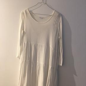 Fin smuk hvid kjole sælges🌸  En smule gennemsigtig, men med en underkjole, som jeg har på, på sidste billede, er den yderst smuk!!