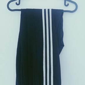 Sorte Adidas bukser. Passer en medium.  Sort Adidas trøje sælges også.