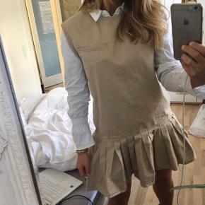 Super fin beige / sand farvet kjole fra Monki (skjorten under medfølger ikke) 🌸