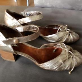 Vic Matie guldsandaler i skind med lille hæl str 39. Hælens højde 4,5 cm. Indvendig måler sålen ca 26 cm.