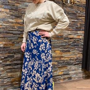 Jeg sælger den fineste nederdel fra Rue de Femme, der er tilgængelig i den flotteste kobolt blå med et blomstret mønster. Nederdelen har de fineste farver. Nederdelen har slidser i siden.   Den er ligesom ny og fejler intet!   Nederdelen kan afhentes i Randers eller sendes med DAO (mod betaling). Jeg bytter ikke!