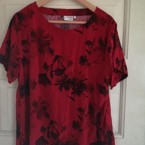 Fin rød  top med blomster og korte ærmer
