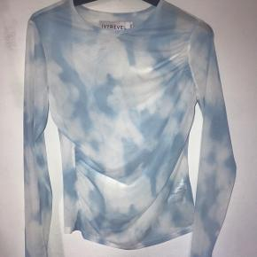 Flotteste trøje fra Ivyrevel i sky-mønster 💙💙💙   Str 36  Kun brugt én gang, men der er et LILLE hul bagpå - dog slet ikke noget man ser, da den jo også er lidt gennemsigtig. Men det er derfor prisen er sat til det den er 🤗  #30dayssellout