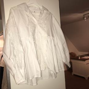 Smuk hvid skjorte, som er gennemsigtig ved ærmerne