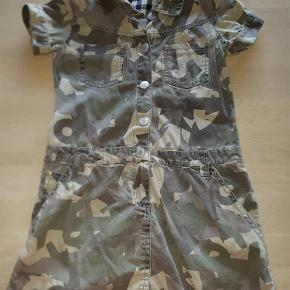 Varetype: Kjole Farve: Army dusede farver  Fed kjole fra Mini A Ture MP 90 kr plus porto